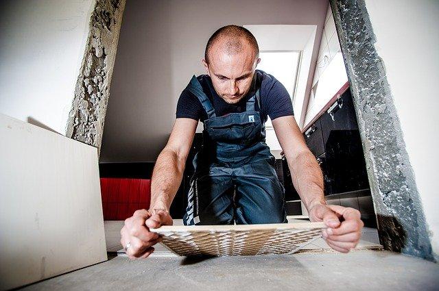pracownik na budowie